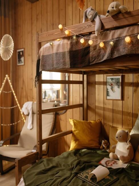 houten stapelbed met lampjes en toupe dekbed