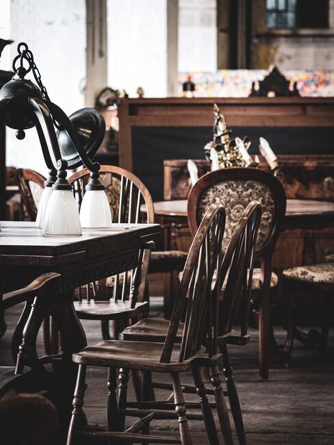 houten tafel met antieke stoelen en een plant