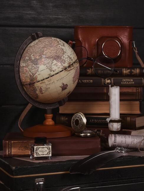 antieke wereldbol op een houten tafel