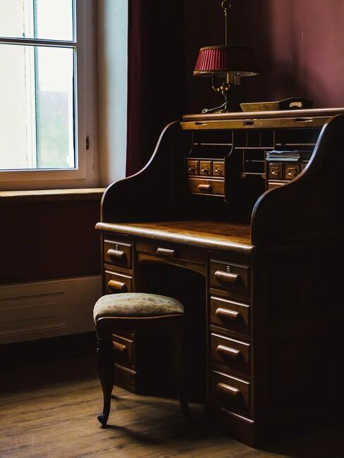 Houten bureau met houten kruk