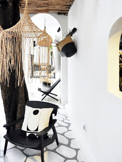 zwarte stoelen met rieten lampen