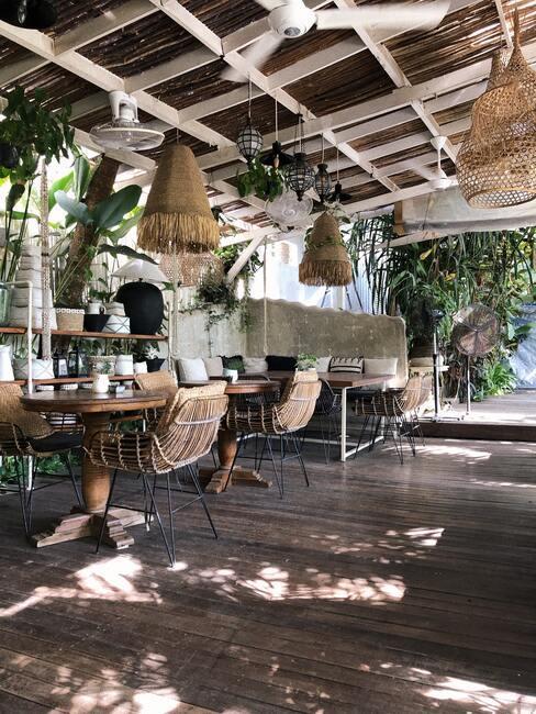 rieten lampen met houten tafels