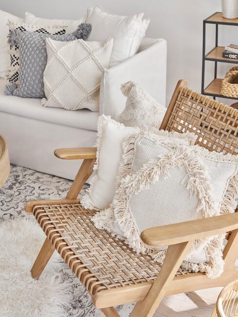 houten stoel en boho kussens