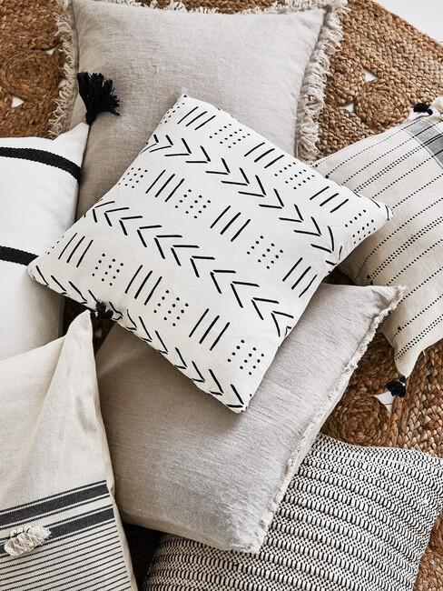 wit met zwarte kussens op rieten vloerkleed