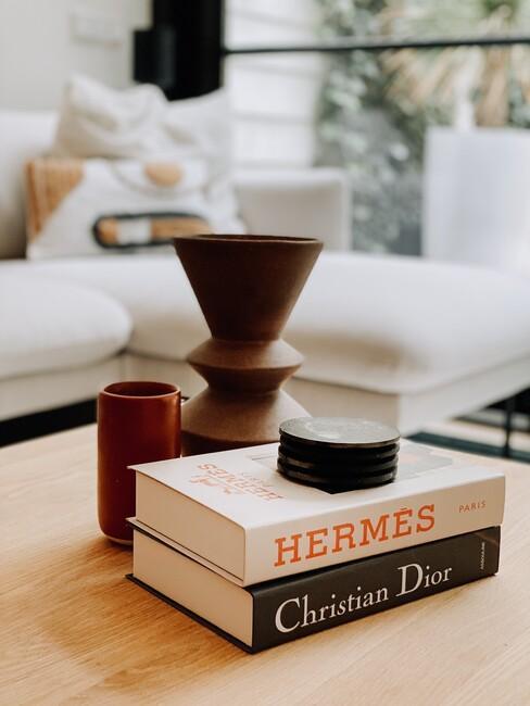 boeken op houten tafel in de woonkamer van Vero Baez
