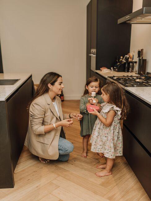 vero baez en haar twee kinderen in de keuken