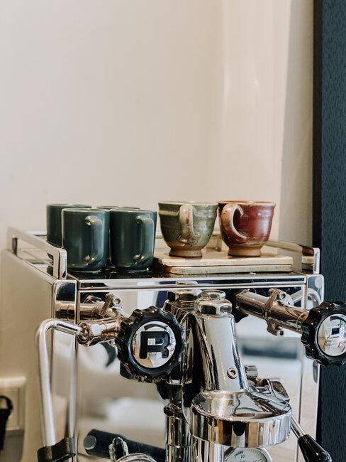 koffiemachine met mokjes
