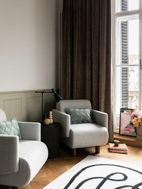 grijze stoelen met groene kussens en wit met zwarte print kleed