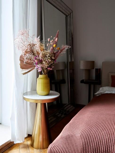 roze plaid met goud met marmer tafeltje en roze bloemen