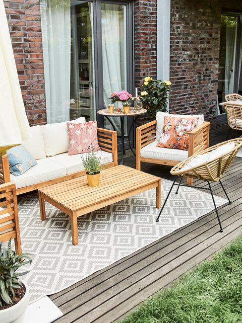 tuinkussens op houten bank en vloerkleed