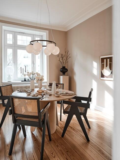 houten ronde tafel met houten zwarte stoelen