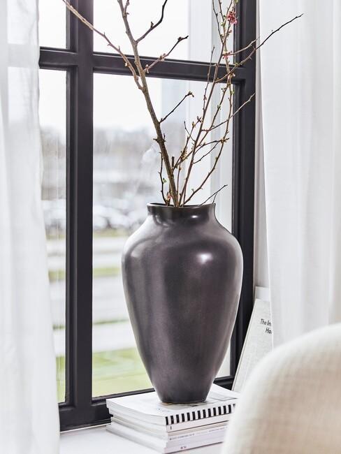 zwarte vaas op vensterbank