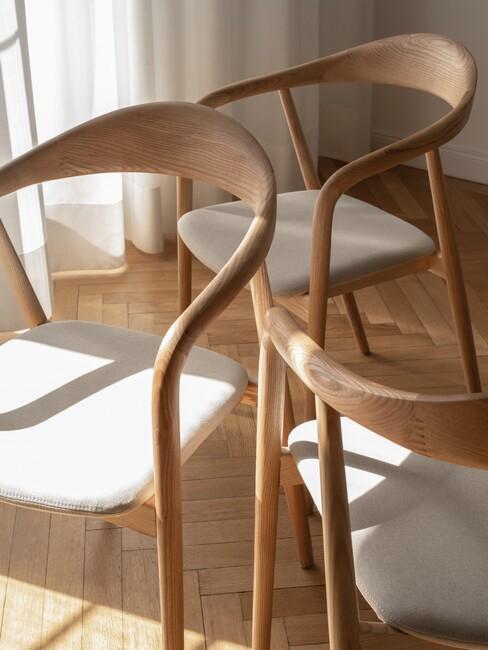 houten stoelen met grijze kussens