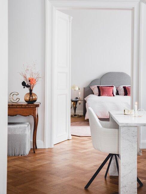 eettafel en stoel in woonkamer