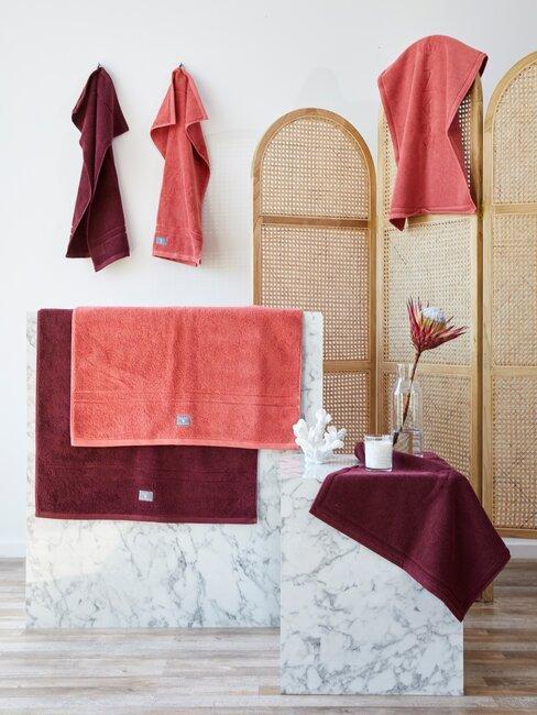 marmeren bijzettafels in badkamer