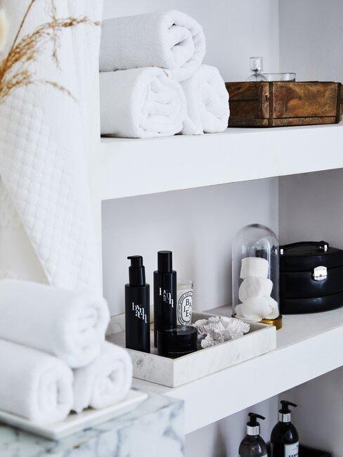 handdoeken op een marmeren meubel in badkamer