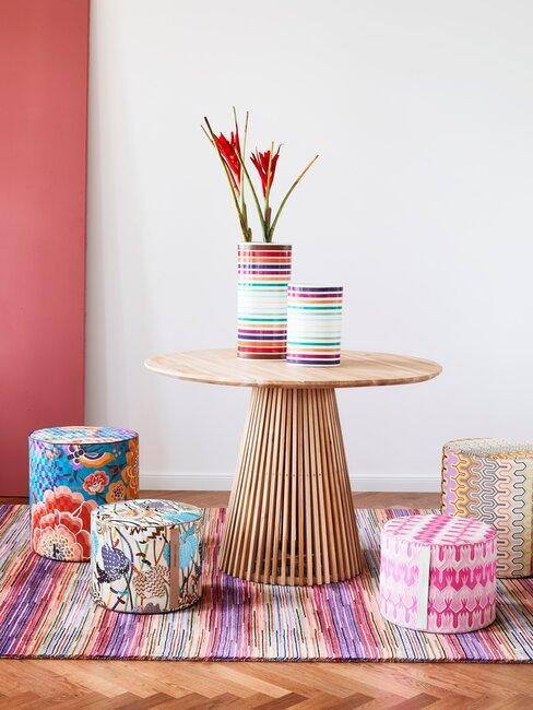 kleurrijk vloerkleed en houten bijzettafel
