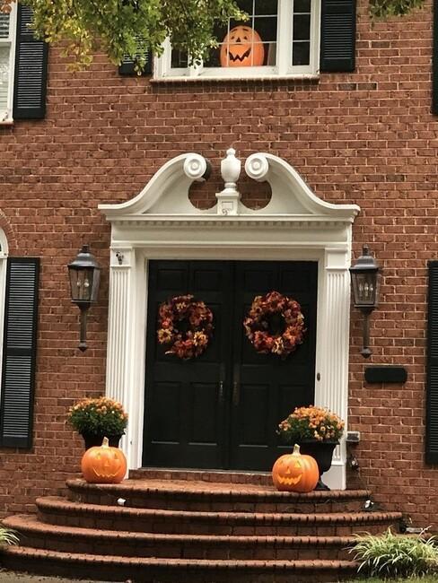 grote deur met 2 herfstkransen en trap