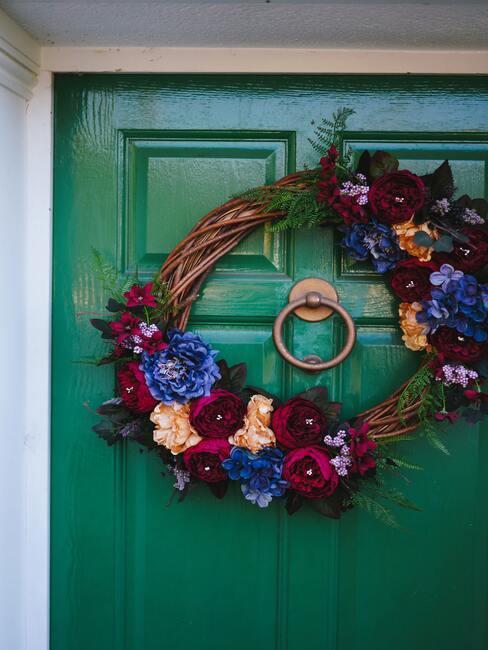 groene deur met herfstkrans