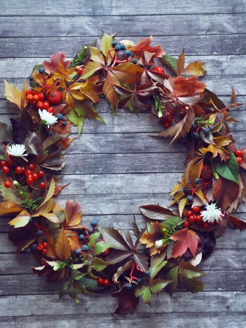een herfstkrans op een houten muur