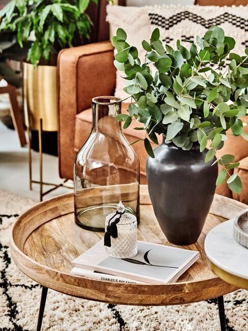 houten bijzettafel met vaas