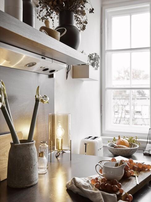 keuken met houten borrelplank en lampen