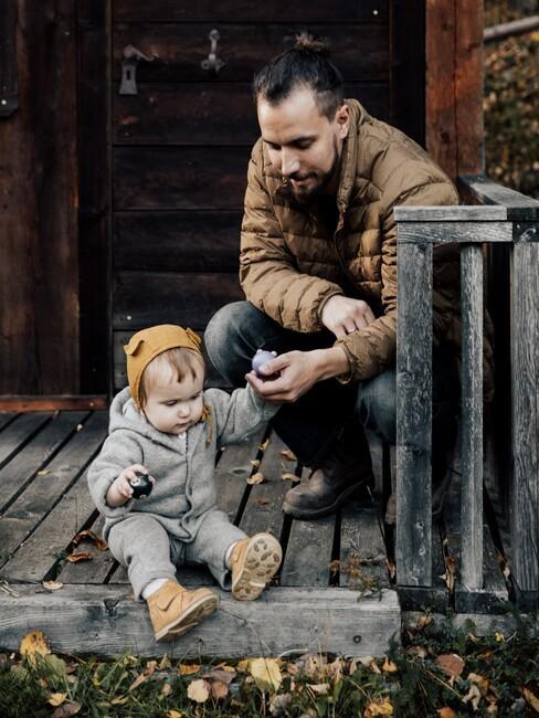 vrouw met kind op een houten vlonder
