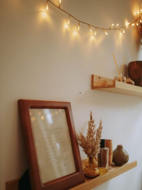 houten planken met lampjes en houten fotolijsten