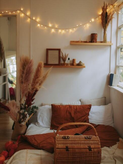 rode kussens en houten planken met een riete mand