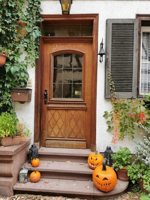 houten deur met pompoenen
