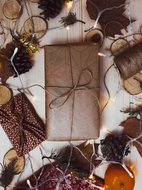cadeaus met lint en herfst blaadjes