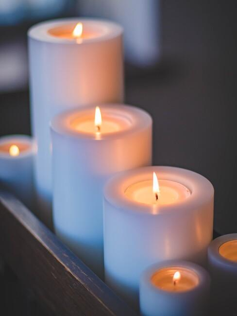 witte kaarsen op een rijtje
