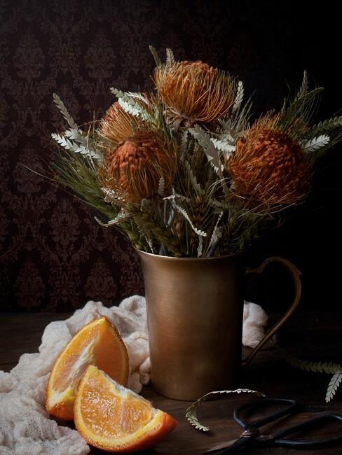 gouden vaas met rode bloemen