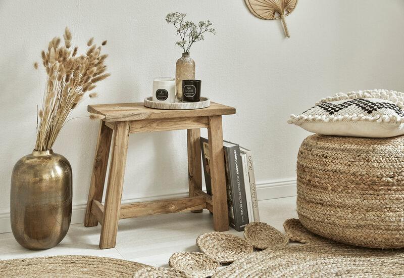 rotan poef en houten bijzettafel