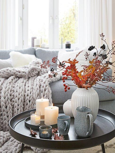 herfstboeket in witte vaas