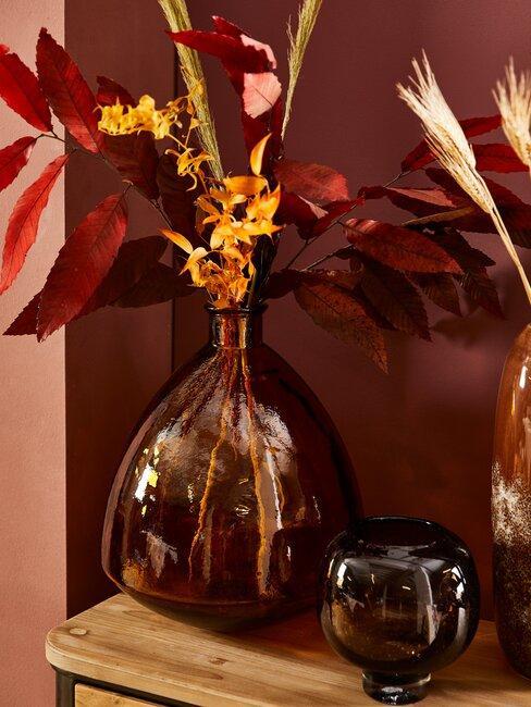 herfstbloemen in glazen vaas