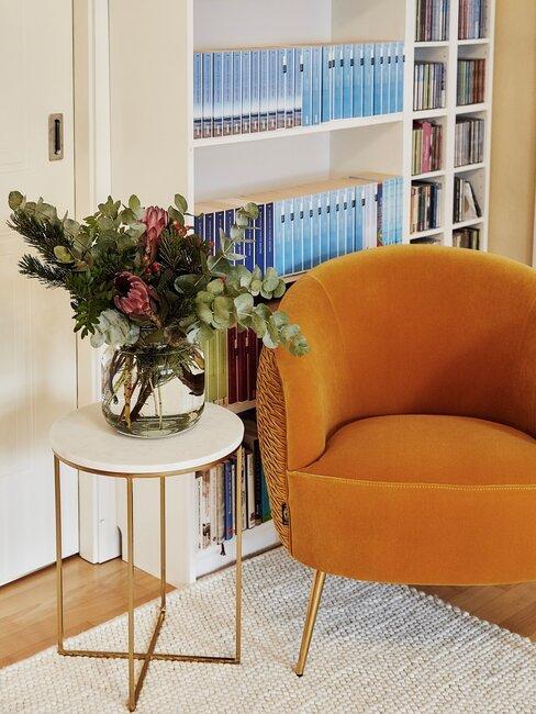 herfstboeket en oranje stoel