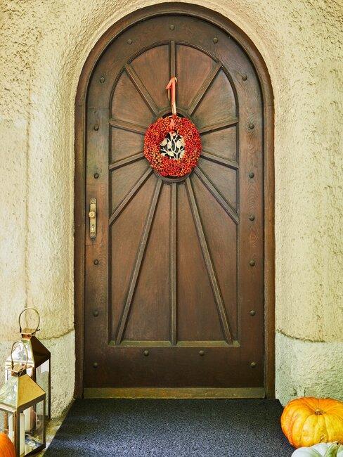 deur met rode herfstkrans