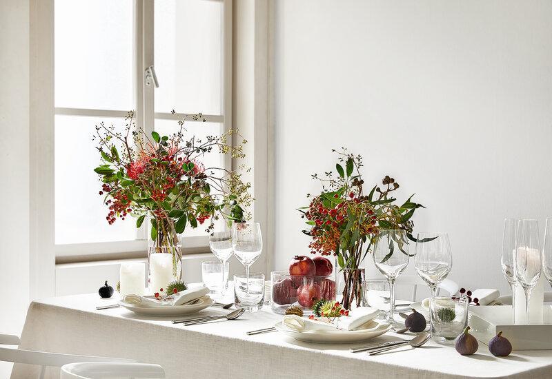 herfstbloemen op een gedekte tafel