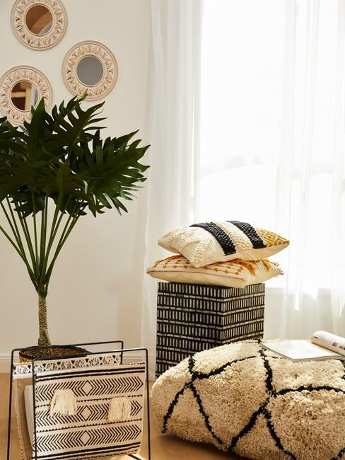 boho kussens met plant en zwarte poef