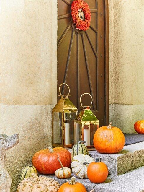voordeur gedecoreerd voor de herfst