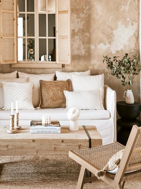 witte bank met een houten tafel en stoel