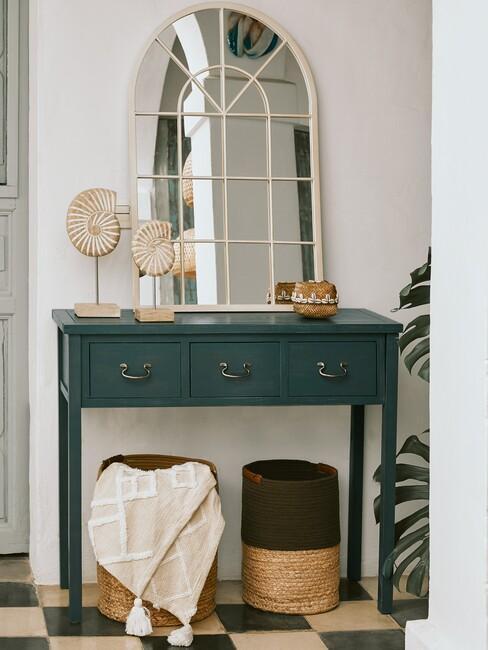 witte spiegel met groene wandkast