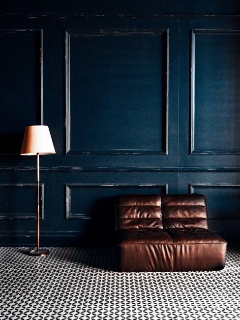 blauwe muur met een bruine bank