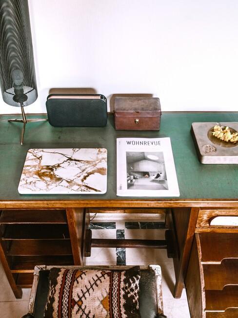 houten bureau met een groen blad