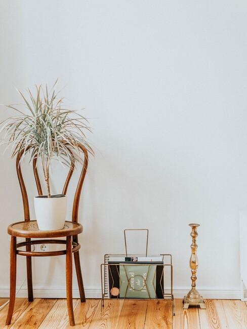 houten stoel met een kaarshouder