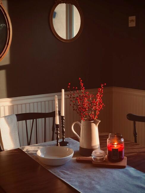 houten tafel met boeket