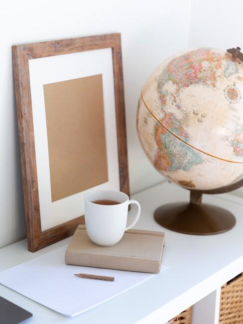 houten fotolijst en een wereldbol