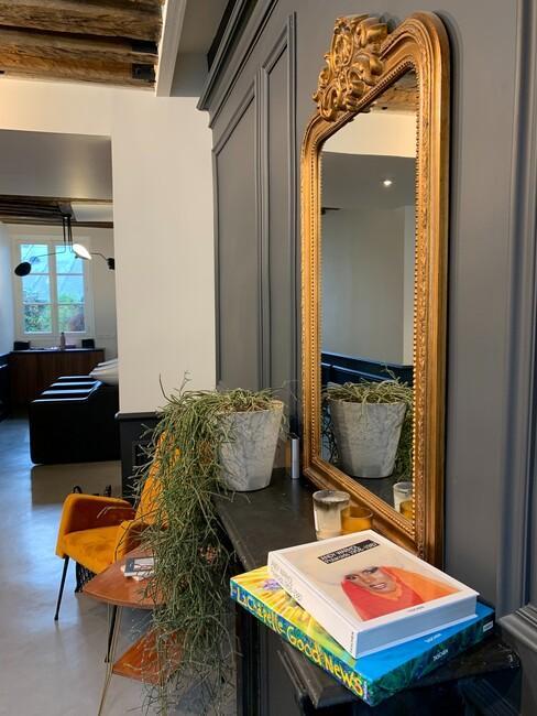 gouden spiegel met een gele stoel