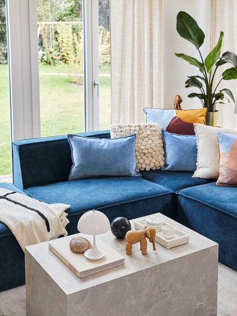 blauwe bank met gekleurde kussens